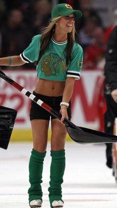 Boston Bruins Hockey, Women's Hockey, Blackhawks Hockey, Hockey Girls, Hockey Players, Chicago Blackhawks, Cheerleading, Ice Girls, Hot Cheerleaders