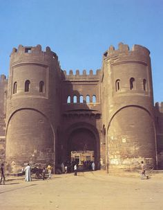 Puerta de Bab al-Futuh. Recinto amurallado de  El Cairo (Egipto), siglo XI. Esta muralla de piedra se termina cuatro años antes de la primera cruzada lanzada por el papa Urbano II.