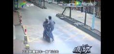 El chofer de camiones sufrió el robo de su celular, sin embargo más tarde se vengó.   En Foshan, provincia de Guandong (China), un conductor de camiones fue víctima de un robo: un ladrón en una motocicleta le arrebató su móvil de las manos cuando estaba en la cabina del vehículo y se dio […]