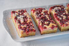 Der Ribisel Topfen Kuchen zählt seit meiner Kindheit, zu meinen Lieblingsblechkuchen. Der Topfen in Kombination mit den säuerlichen Ribisel auf einen fluffigen Boden, soooo lecker. Am Besten schmeckt er, wenn er dann noch einen Tag durchgezogen ist. Oft ist dann aber schon das meiste vom Kuchen weg… Organic Recipes, Cheesecake, Desserts, Food, Yummy Cakes, Childhood, Berries, Glutenfree, Tailgate Desserts