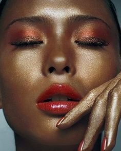 Reddish eyeshadow that's actually wearable:  | 26 Ways To Make Glitter Your New Smokey Eye