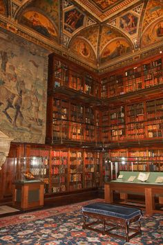 The Morgan Library and Museum, New York. From Libri antichi online. So worth the visit! Beautiful Library, Dream Library, Old Libraries, Bookstores, Public Libraries, World Library, Morgan Library, World Of Books, Book Nooks
