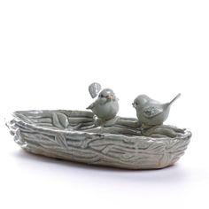 O casal de passarinhos retratando um ninho deixará seu lavabo ou banheiro delicado e com muita personalidade. A Saboneteira Pássaro Grey decorativa em cerâmica é também uma ótima opção para presentear. #Saboneteira #SoulHome