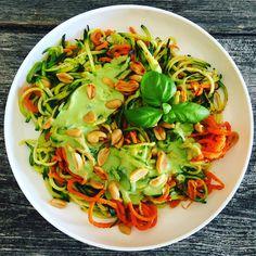 Gemüsespaghetti mit Erbsen-Joghurt-Soße und Erdnüssen, ganz easy genudelt mit dem elektrischen WMF Spiralschneider. Leicht, lecker, gesund!