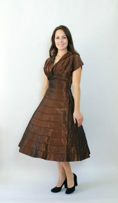 A stunning chocolate brown vintage taffeta dress. Perfect for Thanksgiving. #vintage