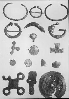 Viking age/Hopeaesineitä ym. Virusmäen kalmistosta; Esinekuva; KM 6367:81 rautainen ristinmuotoinen hela; KM 6645:6 hopeinen hevosenkenkäsolki | Museovirasto - Musketti | Finna.fi