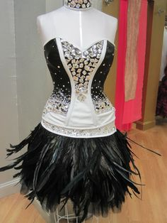 black & white bling with ostrich feather skirt. My favorite dress Masquerade Party Outfit, Romanian Gypsy, My Big Fat Gypsy Wedding, American Gypsy, Gypsy Style, My Style, Gypsy Girls, Feather Skirt, Gypsy Dresses