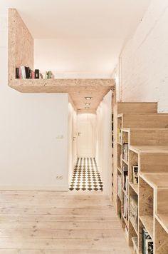 Entrée / Mezzanine et escaliers / bibliothèque en aggloméré.