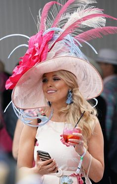 2019 Kentucky Derby: The best and most outrageous hats 2019 Kentucky Derby: The best and most outrageous hats <br> Peacocks, flamingos, roses and patriotism were among the themes on people's heads at the Kentucky Derby. Kentucky Derby Outfit, Derby Attire, Kentucky Derby Fashion, Derby Outfits, Miranda Sings, Hipster Grunge, Grunge Style, Soft Grunge, Derby Day