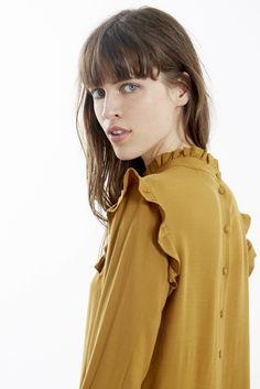 """<p>Cette blouse est romantique, intemporelle, nous n'avons pas résisté à vous la proposer dans trois versions pour répondre à chacune de vos envies ! En <span style=""""color: #000000;""""><span style=""""color: #000000;"""">moutarde</span></span>, vous vous parez de l'une des plus belles couleurs de l'automne. Céleste se marie si bien avec&..."""