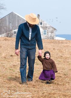 Amish father and daughter, photo by Bill Coleman Amish Family, Amish Farm, Amish Country, Country Life, Ontario, Church Fellowship, Vie Simple, Amish Culture, Amish Community
