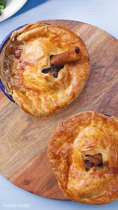 Lamb Shank Pot Pie Looking for something a bit different for Sunday lunch? This fall-off-the-bone lamb shank pot pie is a great family dish with a cheeky twist! Lamb Recipes, Meat Recipes, Dishes Recipes, Party Recipes, Fine Cooking Recipes, Cooking Food, Salmon Recipes, Tasty Dishes, Lamb Dishes