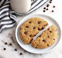 Secretly high in protein, this gluten-free and vegan Single Serve Chocolate Chip Cookie is a quick and delicious way to satisfy that cookie craving! Healthy Oat Cookies, Protein Chocolate Chip Cookies, Microwave Chocolate Chip Cookie, Protein Cookie Recipe, High Protein Desserts, Protein Cake, Paleo Cookies, Protein Cookies, High Protein Recipes