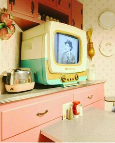 Decorating With Coat Racks And Vintage Clothing – retro 1950s Aesthetic, Aesthetic Vintage, Retro Vintage, Mode Vintage, Kitsch, Ideas Actuales, Retro Home Decor, 1950s Decor, Estilo Retro