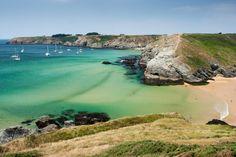 Plage d'Herlin, située à Belle-Ile-en-Mer, au large du Morbihan, dans le sud de la Bretagne. C'est une magnifique plage posée au fond d'une baie et protégée par deux hautes falaises. La plage est surveillée en été et est très facile d'accès, ce qui fait que de nombreux touristes viennent s'y baigner en été !