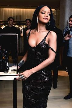 Rihanna Rihanna in Aktion Women's Shoes Women's Shoes – Not necessarily Expensive 'A pair of new sho Rihanna Mode, Rihanna Riri, Rihanna Style, Young Rihanna, Rihanna Outfits, Rihanna Black Dress, Fashion Mode, Fashion Outfits, Fall Fashion