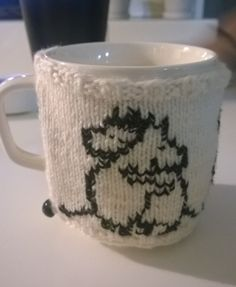 Neulottu Muumi mukinlämmitin. Tove Jansson, Handmade Crafts, Diy And Crafts, Knitting Patterns, Crochet Patterns, Moomin, Knit Crochet, Weaving, Embroidery