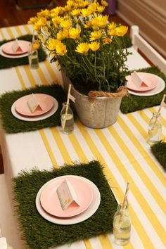 Everything's Coming Up Daisies Party -- Daisy Party - LOVE the turf placemats!