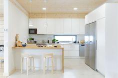 Kuchyň s pásovým oknem a ostrůvkem sloužícím pro příležitostné stolování