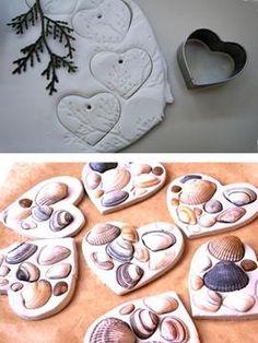 Для виготовлення ялинкових іграшок своїми руками з солоного тіста підійде також природний матеріал: гілочки, черепашки, листочки з товстими прожилками. Такі іграшки виглядають дуже вишукано.
