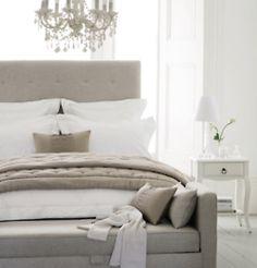 Un banc devant le lit de la même couleur que la tête de lit et qui peut faire lit d'appoint