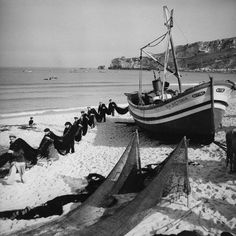 Nazaré, Portugal, 1954 -Fotografia de Jean Dieuzaide Toulouse, Old Pictures, Old Photos, Vintage Photos, People Around The World, Around The Worlds, Nostalgic Pictures, Vintage Italy, French Photographers