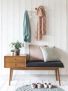 Aménager une petite entrée style scandinave vintage avec un buffet banc meuble multi fonction pour le couloir au style retro