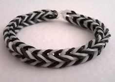 A fishtail loom bands bracelet in black and white. Loom Band Bracelets, Loom Bands, Fishtail, Black And White, Crafts, Jewelry, Rubber Bands, Manualidades, Jewlery