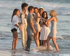 """""""Tu sais quand on dit « nul homme est une île » ? En fait je pense que tout homme est une île. Et les relations sont comme des ponts. Le mec construit la moitié du pont et et la fille construit l'autre moitié. Ils essaient de se rencontrer au milieu. Mais des fois les îles sont trop éloignées. Et c'est triste, mais ça arrive, parce que des fois, il est juste temps d'avancer."""" Ethan-90210"""