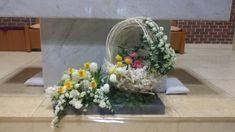 부활대축일 : 네이버 블로그 Alter Flowers, Easter Garden, Flower Arrangements, Diy And Crafts, Glass Vase, Bouquet, Table Decorations, Plants, Church Flower Arrangements