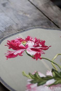 #团扇# 刺绣团扇两款,仿清郎世宁《仙萼长春图》之蝴蝶花和虞美人
