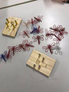 """このブログでは「手作りのエコおもちゃ(約250)」や「折り紙」を紹介しております。 姉妹ブログ 泉州ひまわりネット """"楽しいエコおもちゃ手作り""""も見てね! おもちゃ作りの勉強会 手作りの冶具を使って「トンボのブローチ」を作りました。 参考:針金でとんぼの飾り物 k ※ 後日 作り方を動画で紹介します。"""