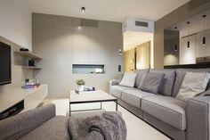 El salón de estilo escandinavo está diseñado para crear comodidad y transmitir calidez mediante sus colores neutros, maderas claras y tonos en gris. El cristal tintado oscuro sirve de separación de la cocina al salón proporcionando amplitud.
