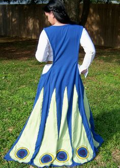 Ok, I freakin' love this. Peacock gores on a sideless surcoat. Now I want to replicate this on a masque costume