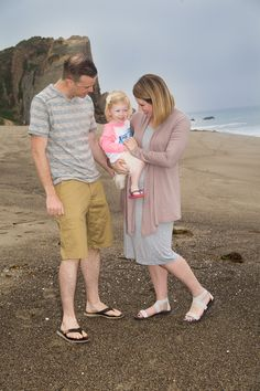 Want to know what to wear in family photos? These family pictures at the beach are great family photo inspiration!