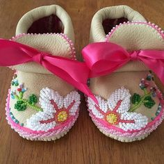 pic cuz I love em! Native American Baby, Native American Moccasins, Beaded Moccasins, Baby Moccasins, Native Beadwork, Native American Beadwork, Pretty In Pink, Baby Moccasin Pattern, Seed Bead Patterns