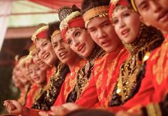 """Basri: Some dancers dance play """"rapa'i Geleng"""" typical Aceh on traditional art performances at the Museum of Central Sulawesi in Palu, 13 September 2011. Art show was attended by 22 representatives of museums across Indonesia."""