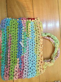 bolso de croché hecho con resortes de colores