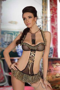 Body érotique Exotic Girl en voile imprimé léopard et voile noir transparent. Il se compose de deux parties reliées entre elles sur le devant par une bande en voile transparent agrémenté d'un ruban de satin doré. Le haut possède un volant en voile imprimé léopard sur le haut de la poitrine et sur les bretelles. Le bas possède un large volant en voile imprimé léopard donnant l'effet d'une jupette.