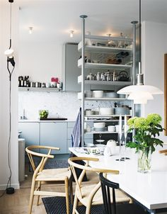 Small kitchen with Vitsoe 606 by Dieter Rams