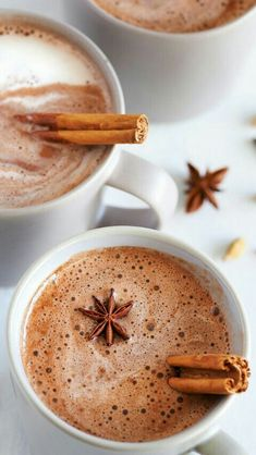Looking for a caffeine-free alternative to a chai latte? Try this Vanilla Chai Latte. It's easy to make, delicious and really good for you. Tea Recipes, Real Food Recipes, Vanilla Chai, Gula, Tea Latte, Cupcakes, Smoothie Drinks, Detox Drinks, Smoothie Recipes