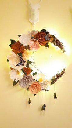 Gorgeous handmade, felt flower, crescent moon wreath, with Swarovski star and fairy lights - Xenia Dried Flower Wreaths, Dried Flowers, Moon Crafts, Ramadan Crafts, Succulent Wreath, Felt Flowers, Fabric Flowers, Handmade Felt, Diy Wreath