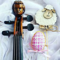 Mr. Head meets a new friend  _________________________ #easter   #easter2017   #sheep   #violin   #violino    #violinist   #geige   #skrzypce   #baranek   #eastertime   #mrhead   #tabledecor   #eastereggs   #musiclife   #scroll   #easterfun   #spring   #musicaclassica    #easterholidays  #springfun   #april   #artist   #art   #decor   #inspiration   #thinkpositive   #instagood   #instamood   #jj_musicmember   #lovely_squares_1