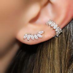 Brinco no modelo ear cuff e piercing falso, ambos com lapidações tipo navete. Em prata 925.