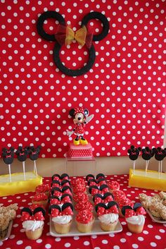 Really loving the minnie mouse theme for Lexah's third birthday! Theme Mickey, Minnie Mouse Theme, Mickey Mouse Parties, Mickey Party, Mickey Mouse Birthday, 3rd Birthday Parties, 2nd Birthday, Birthday Ideas, Ideas Decoracion Cumpleaños