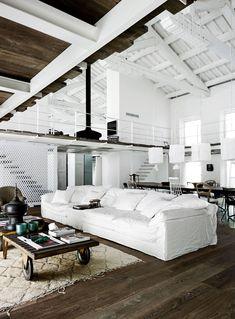Espectacular salón en blanco con vigas