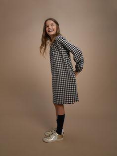 Sur un volume ample et moderne, notre robe-housse est coupée dans coton gratté aspect flanelle. Douce, chaude et confortable, elle est parfaite en classe comme en week-end. En fibre naturelle 100% coton gratté aspect flanelle.