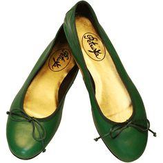 So wie einst der Urwald diese geheimnisvolle Region in Kambodscha umgab, wurde sowohl der exotische Schuh aus Nappaleder, wie auch die dazugehörige Schleife in ein kräftiges  Grün getaucht, das in den kommenden Monaten absolut im Trend liegt.  Ballerinas Angkor  - Nappaleder Ballerinas in Smaragd-Grün