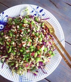 Denne spidskålssalat lavede jeg til en familiefrokost for et stykke tid siden. Læs videre, og få opskriften! Veggie Recipes, Salad Recipes, Vegetarian Recipes, Healthy Recipes, Waldorf Salat, Greens Recipe, Recipes From Heaven, Superfood, Food Inspiration