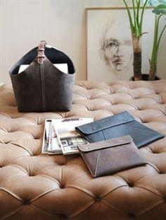 Den klassiske magasinholder i sort læder med hvide stikninger og sort læder hank.  Magasinholderen med mange funktioner.  Modeblade, Picnic, Håndklæder, Indkøb, Plaider mm.